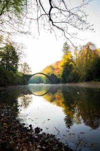 Der Rakotzsee mit der Rakotzbrücke im Hintergrund