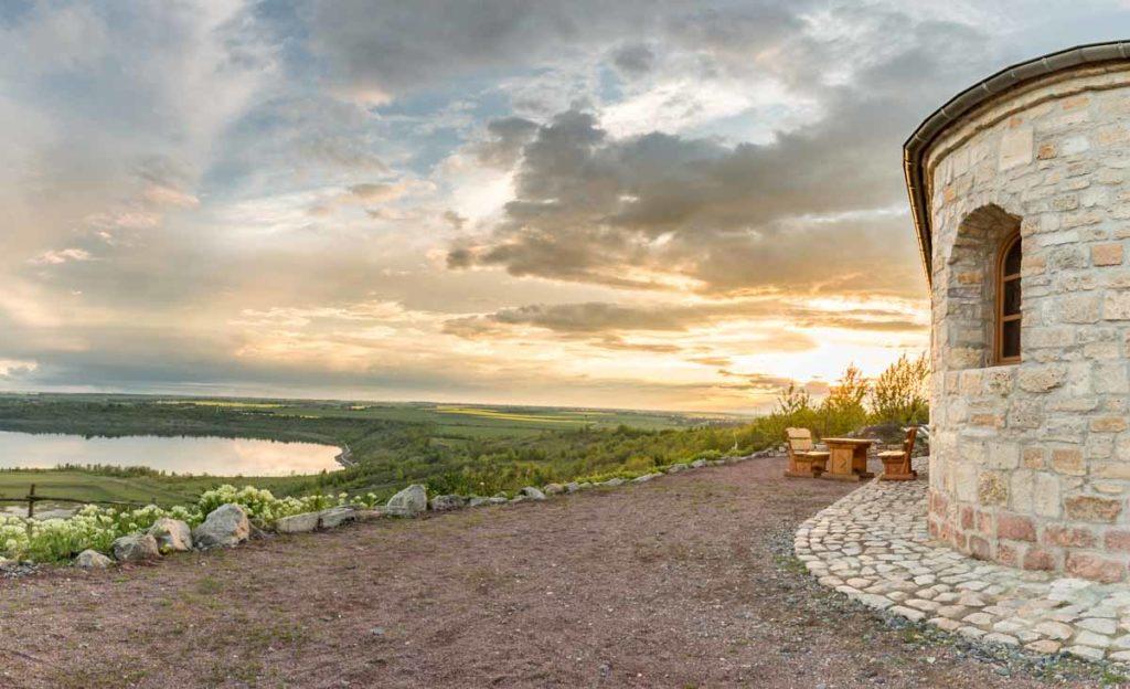 Sonnenuntergang am Weinberg mit Begegnungsstätte